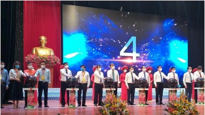 Các đại biểu bấm nút khai trương gian hàng bán vải thiều Bắc Giang. Ảnh Mic