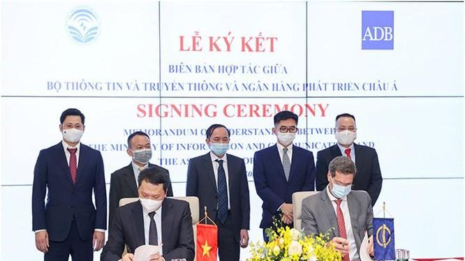 Thứ trưởng Nguyễn Huy Dũng và đại diện ngân hàng ADB ký biên bản hợp tác.