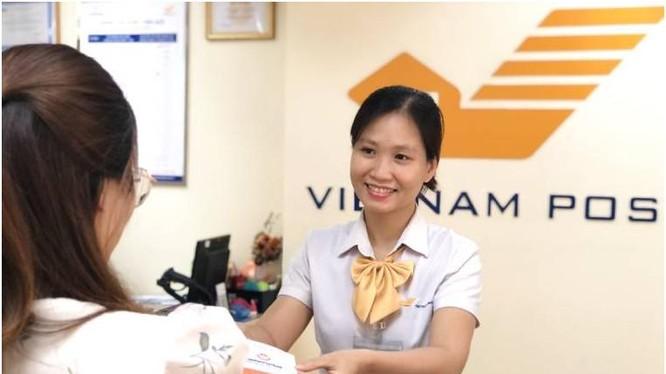 Nhân viên bưu điện làm việc với khách hàng. ảnh Vietnam Post