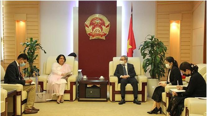 Thứ trưởng Phan Tâm tiếp đại sứ Samina Mehtab. Ảnh Mic