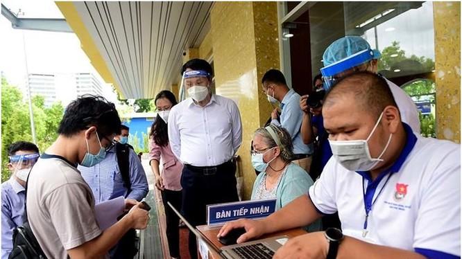 Thứ trưởng Nguyễn Huy Dũng đi kiểm tra tiêm chủng tại TP Hồ Chí Minh. Ảnh Vietnamnet