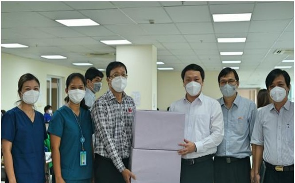 Thứ trưởng Nguyễn Huy Dũng tặng quà cho Tổng đài dã chiến cấp cứu 115.
