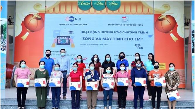Đại diện VNNIC trao quà cho các em ở trường THCS Dịch vọng, Hà Nội. Ảnh Mic