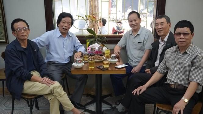 Đại tá anh hùng Nguyễn Văn Lục ( thứ 3 bên phải) cùng một số cựu binh D 631 anh hùng