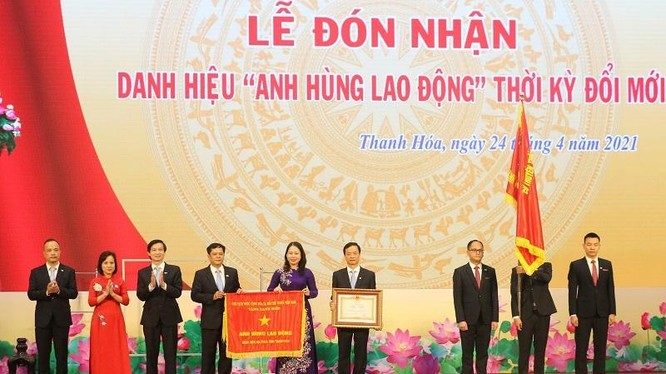 Phó Chủ tịch nước Võ Thị Ánh Xuân trao danh hiệu Anh hùng Lao động cho Bệnh viện Đa khoa tỉnh Thanh Hóa