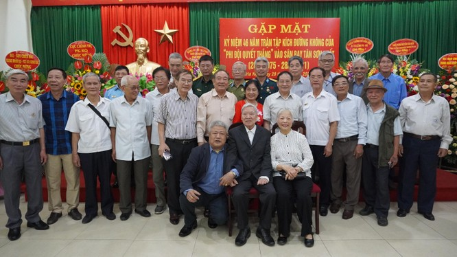 Vợ chồng trung tướng, anh hùng Trần Hanh ( ngồi ghế) nguyên thứ trưởng Bộ Quốc phòng cùng dự buổi gặp mặt phi đội quyết thắng