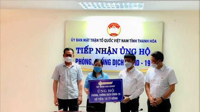 Phó Bí thư Tỉnh ủy Thanh Hóa Trịnh Tuấn Sinh (ngoài cùng bên trái) tại lễ tiếp nhận 10 tỉ đồng Sun Group ủng hộ