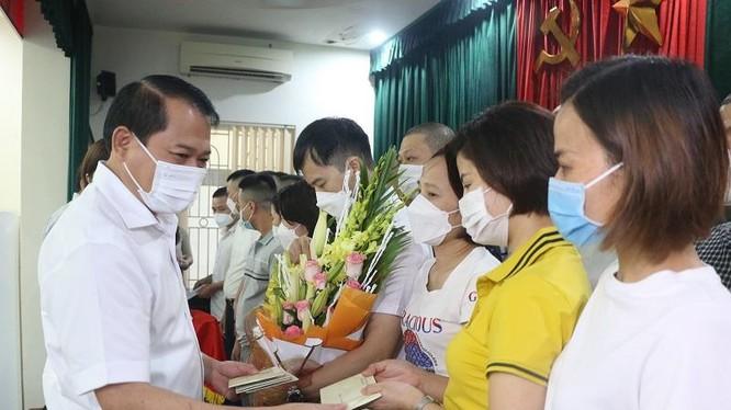 Ông Nguyễn Văn Hùng, Thường vụ, Trưởng ban Tổ chức Tỉnh ủy Thanh Hóa tặng hoa đoàn công tác