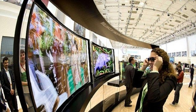 Tương tác với TV bằng kính thực tế thông minh (ảnh: Business Insider)