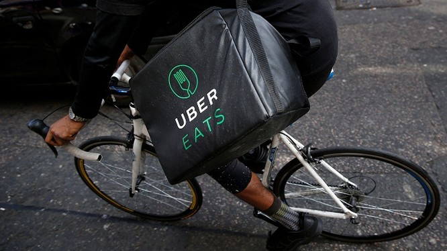 Nhân viên của dịch vụ UberEats đang đi giao hàng thực phẩm (Ảnh: Business Insider)