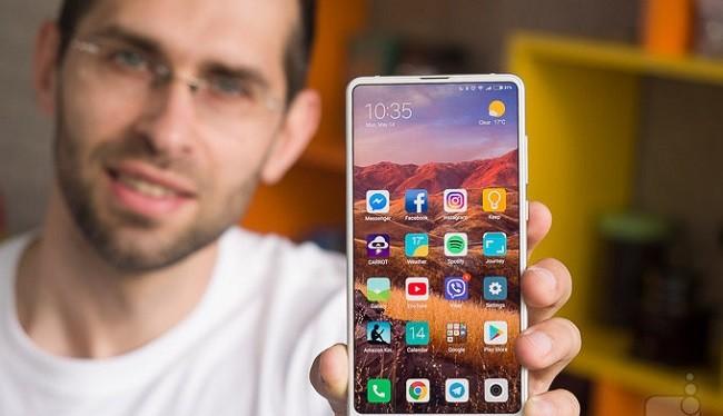 Trên tay chiếc Xiaomi Mi Mix 2s (Ảnh: Phonearena)