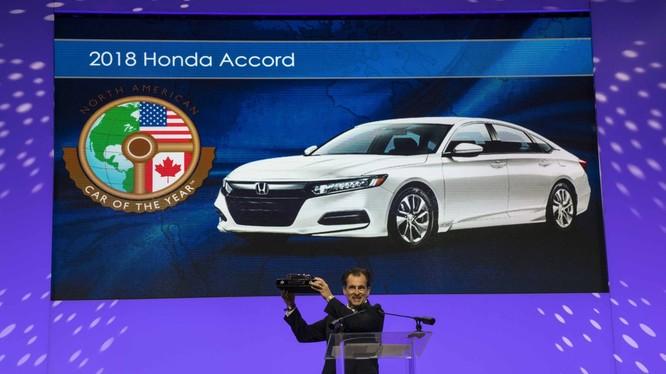 Ông Honda Henri Arcangeli, Phó Chủ tịch cấp cao của Honda thay mặt công ty lên nhận giải thưởng Xe Bắc Mỹ của năm 2018. (Ảnh: Honda)