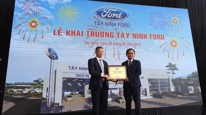 Ông Phạm Văn Dũng - TGĐ Ford Việt Nam trao giấy chứng nhận Tây Ninh Ford trở thành đại lý ủy quyền chính hãng của Ford