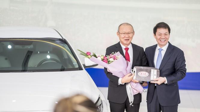 Ông Trần Bá Dương - Chủ tịch Thaco Trường Hải trao tặng chiếc Kia Optima cho HLV trưởng U23 Việt Nam