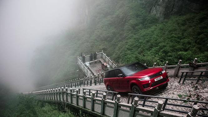 Range Rover Sport P400e sử dụng động cơ xăng Ingenium kết hợp với mô-tơ điện để hoàn thành thử thách của cung đường gian nan