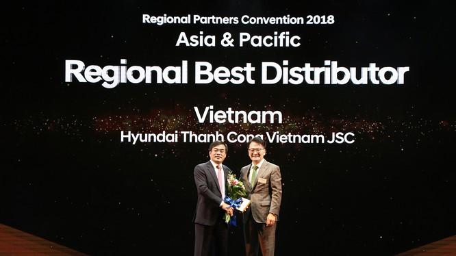 Ông Nguyễn Anh Tuấn - Chủ tịch HĐQT Tập đoàn Thành Công nhận giải thưởng từ lãnh đạo Hyundai Motor
