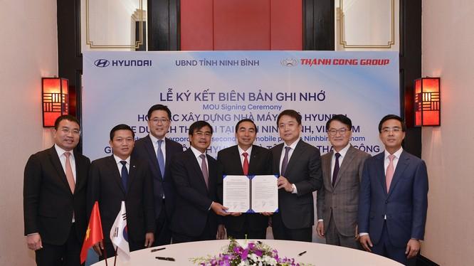 Lễ ký kết biên bản ghi nhớ có dự chứng kiến của lãnh đạo tập đoàn Thành Công, Hyundai Motor và tỉnh Ninh Bình (Ảnh: HTC)