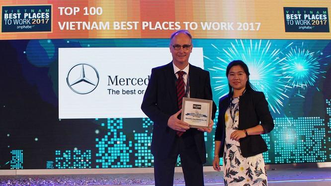 Đại diện Mercedes-Benz Việt Nam nhận giải thưởng Top 10 công ty có môi trường làm việc tốt nhất Việt Nam