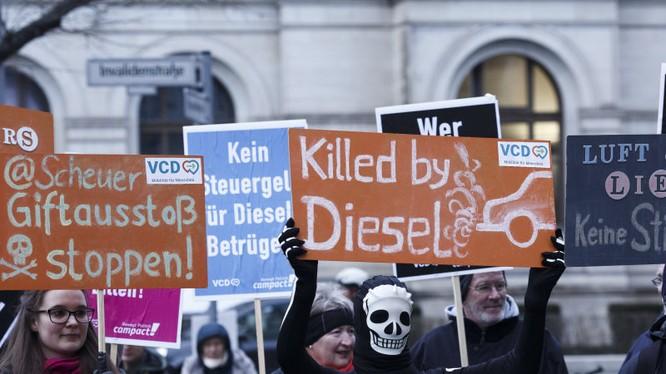 Ngày càng nhiều người ủng hộ việc cấm xe chạy Diesel sau những bê bối khí thải của VW (Ảnh: Reuters)