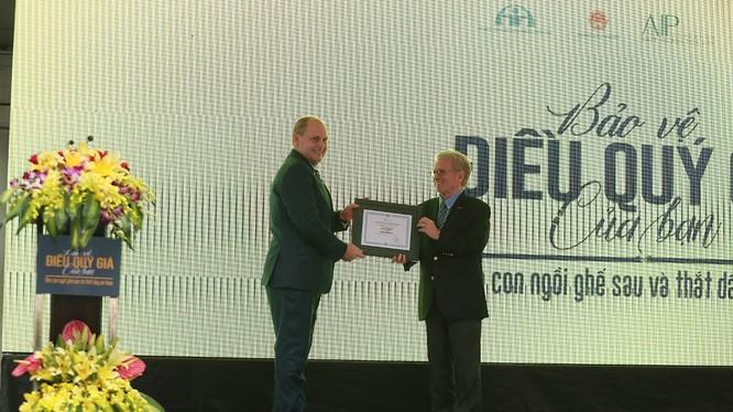 Ông Greig Craft - Chủ tịch Quỹ Phòng chống Thương Vong Châu Á trao giấy chứng nhận cho GM Việt Nam trong việc tham gia vào các hoạt động an toàn giao thông.