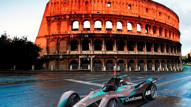 Mẫu xe đua thể thao Formula E Gen2 của Porsche tại Rome