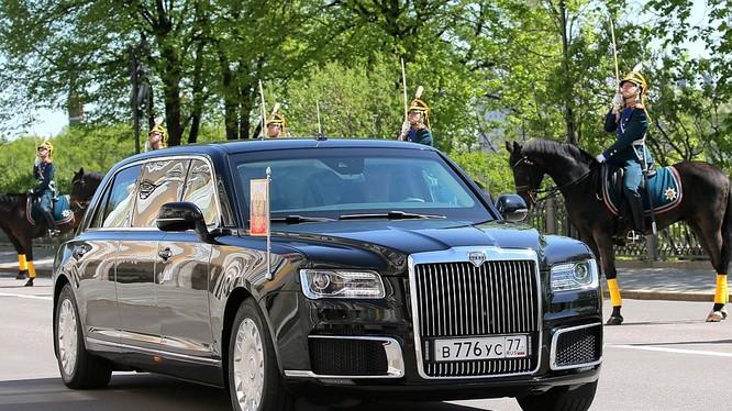 Chiếc limousine mới của Tổng thống Nga Vladimir Putin được sử dụng trong buổi lễ nhận chức của ông tại điện Kremlin ở Moscow. (Ảnh: Reuters)