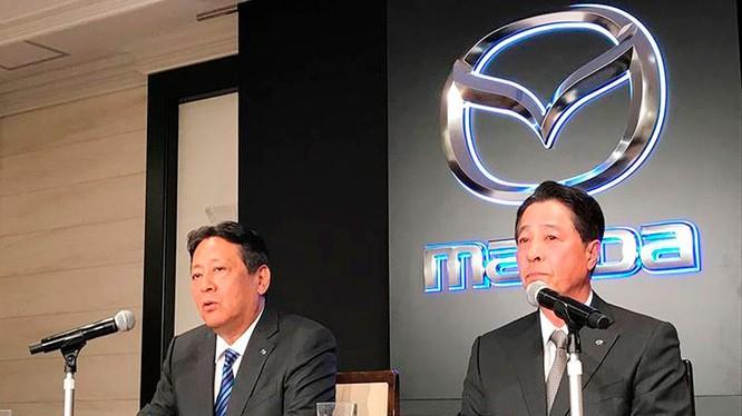 Ông Akira Marumoto (bên trái) khẳng định sẽ đem những kinh nghiệm của mình phục vụ công việc khi đảm nhiệm vai trò Chủ tịch cảu Mazda, đồng thời sẽ tăng cường mối quán hệ với Toyota