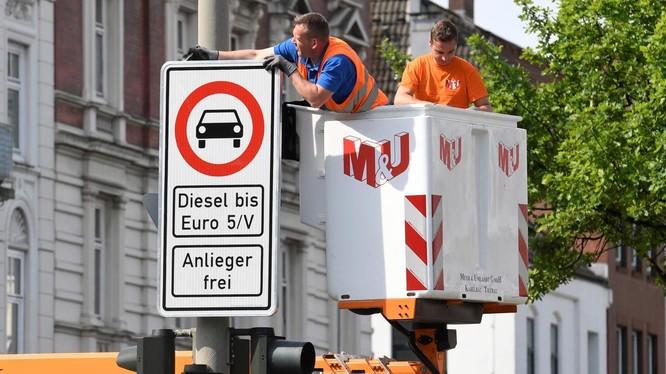 Biển báo giao thông cấm xe diesel được lắp đặt tại Max-Brauer Allee ở trung tâm thành phố Hamburg, Đức ngày 16 tháng 5 năm 2018. Ảnh: REUTERS