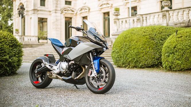 """Theo BMW Motorrad, tên gọi 9cento được phát âm là """"Nove Cento"""" (theo tiếng Ý) tạm dịch là 900."""