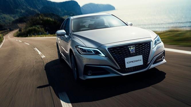 Crown thế hệ mới là mẫu xe đầu tiên của hãng trang bị mô-đun truyền dẫn dữ liệu tiêu chuẩn, cho phép kết nối 24/7.