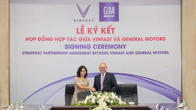 Bà Lê Thị Thu Thủy - Phó Chủ tịch Vingroup kiêm Chủ tịch VinFast và ông Barry Engle, Phó Chủ tịch điều hành kiêm Chủ tịch GM quốc tế ký thỏa thuận hợp tác chiến lược tại thị trường Việt Nam.