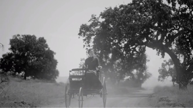 Nhiều người dân Đức đã giật mình khi nhìn thấy Bertha Benz cưỡi trên một cỗ xe không có ngựa mà vẫn có thể chạy được trên đường (Ảnh từ video)