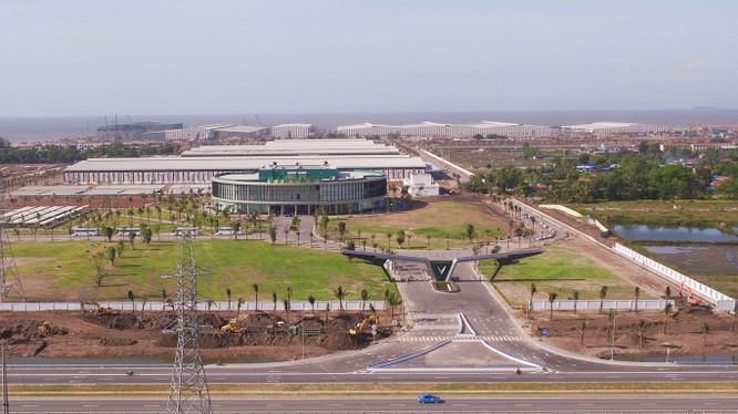 Tổ hợp nhà máy sản xuất ô tô, xe máy điện VinFast nhìn từ trên cao.