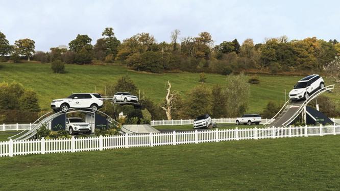 Hai khách hàng mua xe và thực hiện bài trải nghiệm địa hình tốt nhất sẽ có cơ hội khám phá New Zealand cùng Land Rover.