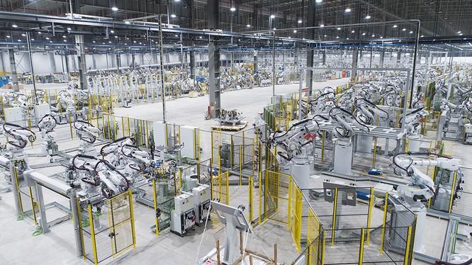 1.200 Robot ABB sẽ nhận các chi tiết dập từ xưởng dập để hàn ghép thành thân vỏ của 02 dòng xe Sedan Lux A2.0 và SUV SA2.0.