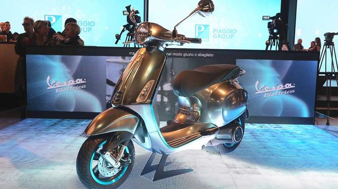 Vespa Elettrica sẽ nhắm tới phân khúc xe máy điện cao cấp, nơi VinFast cũng đã từng công bố sẽ cho mắt một mẫu xe như vậy vào cuối năm 2019.