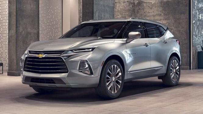 Nhìn thoáng qua, Chevrolet Blazer có nhiều thiết kế khá giống với mẫu Hyundai Santa Fe 2019, đặc biệt là thiết kế hệ thống chiếu sáng phía trước.