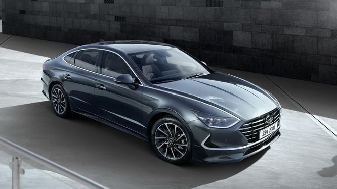 Thế hệ thứ 8 của Hyundai Sonata đã quay về với thiết kế phong cách Coupe 4 cửa đã từng áp dụng cho mẫu xe này vào năm 2009.