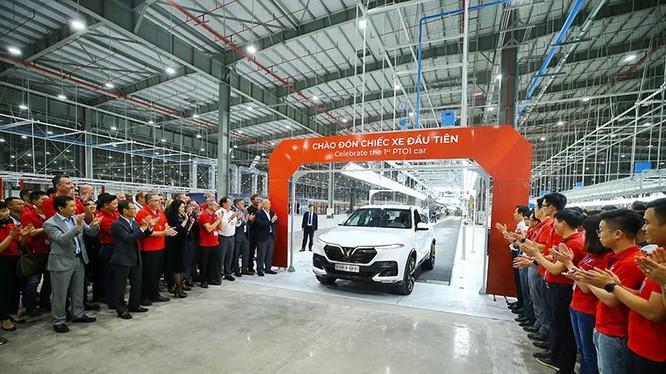 Chiếc ô tô Made in Việt Nam đầu tiên ra mắt sau 18 tháng thần tốc là nỗ lực đêm ngày của đội ngũ cán bộ nhân viên VinFast.