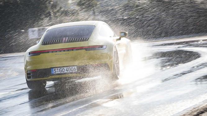 Chế độ lái Wet Mode giờ đây đã trở thành trang bị tiêu chuẩn trên tất cả các phiên bản của Porsche 911 thế hệ mới.
