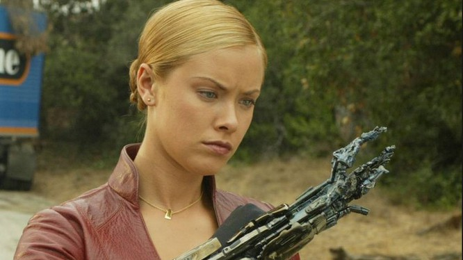 """Một cảnh trong tập 3 của bộ phim """"Kẻ huỷ diệt"""" với một người máy giống hệt một phụ nữ đã không ngừng đi tìm và muốn tiêu diệt nhân vật John Corner. (ảnh lấy từ phim """"Kẻ huỷ diệt)"""