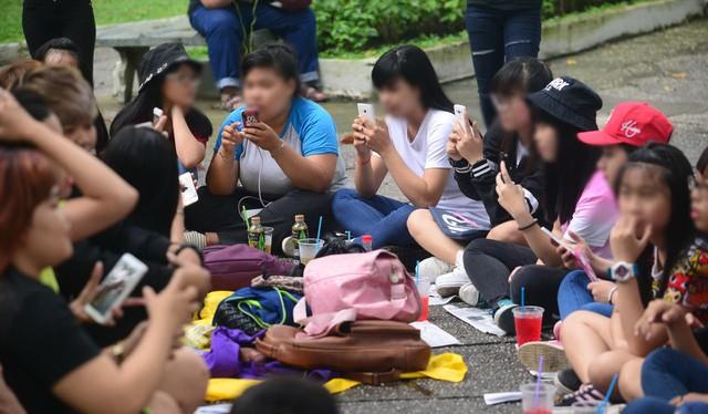 Đã là sinh viên, ai cũng phải có điện thoại thông minh. (ảnh: báo Tuổi Trẻ)