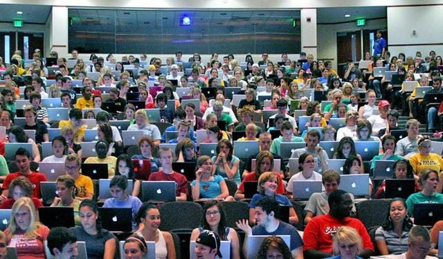 Rất nhiều sinh viên ở Mỹ thích sử dụng máy tính thay vì ghi chép truyền thống (ảnh: New York Times)