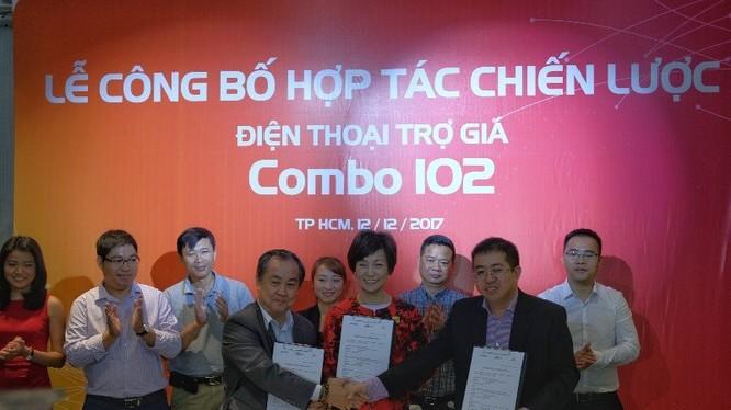 Đại diện Vietnammobile, FPT Shop và Samsung trong lễ ký kết hợp tác ngày 12/12/2017. Ảnh: ICT News