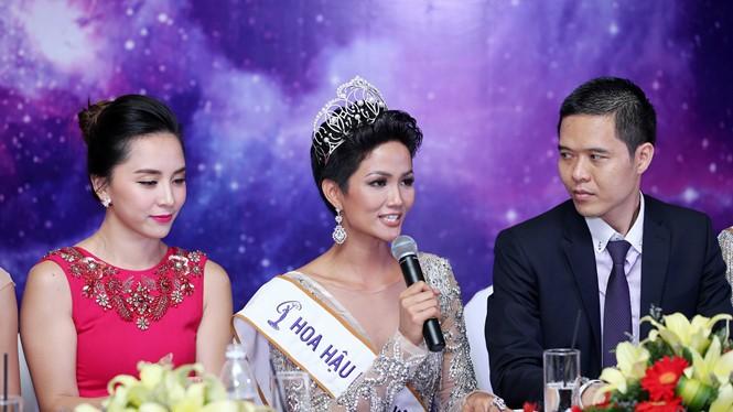 Hoa hậu H'Hen Niê (giữa) ủng hộ mạng xã hội theo hướng tích cực. Ảnh: báo Thanh Niên