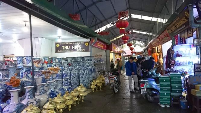 Làng gốm Bát Tràng vắng khách nhưng vẫn bán được hàng qua mạng. Ảnh: Kinh tế & Đô thị