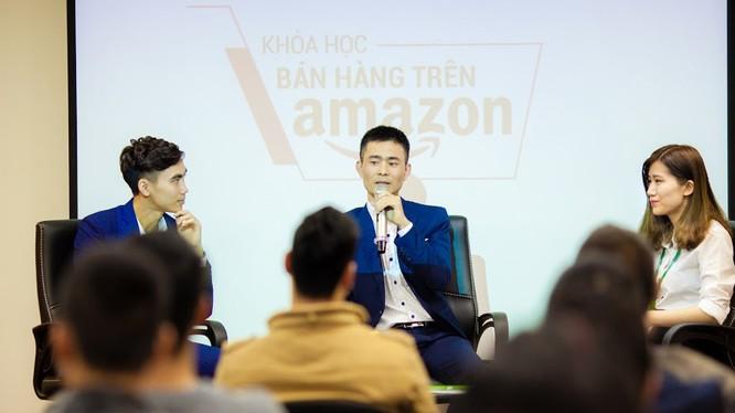 Ông Phạm Khánh (người cầm micro) trong một buổi tập huấn bán hàng qua Amazon cho các doanh nghiệp. Ảnh: Vietmoz