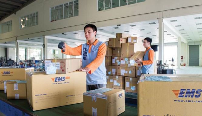 Không có mã bưu chính trên bì thư, bưu kiện nên việc phân loại ở Việt Nam hoàn toàn phải làm thủ công. Ảnh: báo Đầu tư