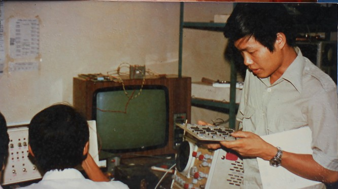 Máy tính VT8x với màn hình là tivi Neptune - ảnh tư liệu do TS Nguyễn Chí Công (đứng) cung cấp
