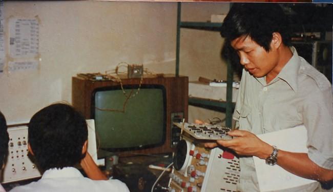 TS Nguyễn Chí Công (bên phải) người đã tham gia nghiên cứu chế tạo máy vi tính VT8x (ảnh: NVCC)
